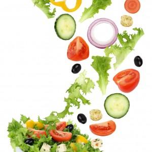 Gesund vegetarisch Essen Salat mit Tomate, Gurke, Feta Käse, Zwiebel und Paprika